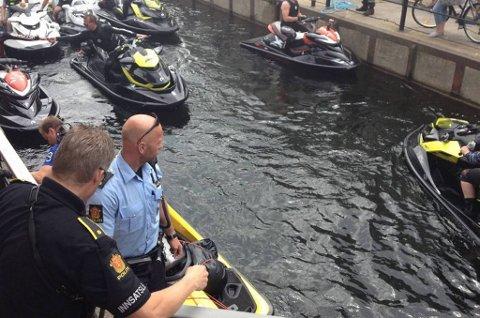 Flere har ringt politiet og meldt om flere vannscootere i Porsgrunnselva ved Frednes i retning Porsgrunn.