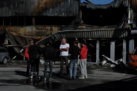 I RUINER: Arbeidsplassen til Willy Hornseth og hans mannskap i Mila Bil AS er lagt i ruiner, men Hornseth er klar på at de skal komme i gang igjen så fort som rå i andre lokaler.