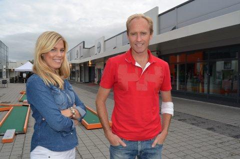 Markedskoordinator Victoria Ek og daglig leder ved Norwegian Outlet, Eivind Sørland, kan glede seg over at flere kunder besøker outleten i Vestby.