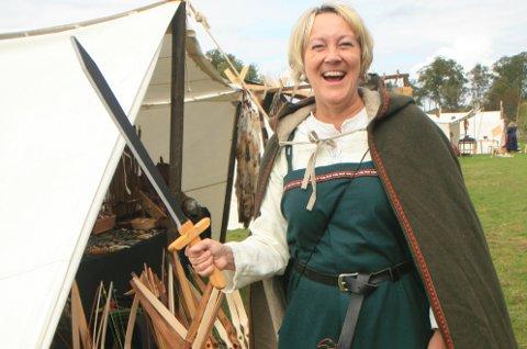 OPNA VIKINGLEIREN: Astrid Aarhus Byrknes var tidsmessig kledd då ho i går opna den første vikingleiren på Spurkeland Gard. (Foto: Dagrun Stokke)