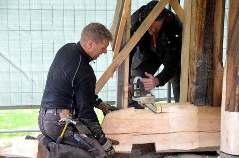 Fra venstre, Ingar Frengstad og Hans Kaspar Frengstad fra Kviknehytta er i gang med restaurering av Kvikne kirke.