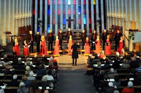 Det Norske Solistkor og dirigent Grete Pedersen satte sterke følelser i sving under sin konsert i Kirkelandet kirke søndag kveld.