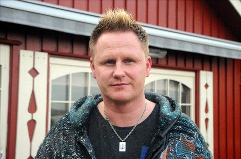 12 års helvete: Averøyingen Vidar Gustad (40) gikk til lege i 12 år uten at man fant ut hva som feilet ham. På det verste fikk han anfall som tydet på hjerteproblemer eller epilepsi. Han besvimte og kunne sover 20 timer i døgnet. Nå har han fått konstatert borreliose, forårsaket av flåttbitt som barn.