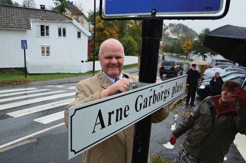 Ordfører Jan Dukene ønsket velkommen til Arne Garborgs plass. (Foto: Frode Gustavsen)