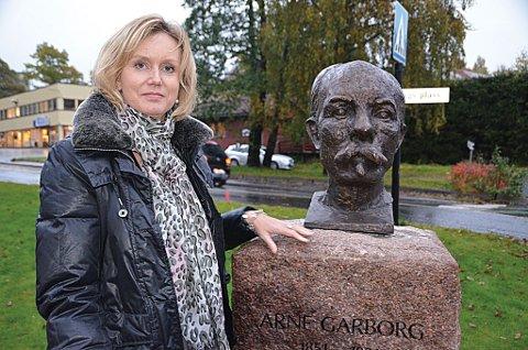 Tvedestrandspostens redaktør, Marianne Drivdal, avduket den nye bysten av Arne Garborg.  (Foto: Frode Gustavsen)