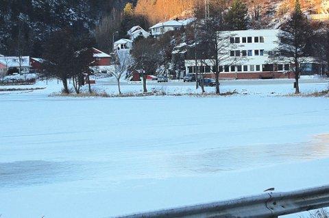 En mann gikk ved 23-tiden i går gjennom isen.