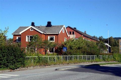 Kjøpes?: Kommunen ønsker å kjøpe Skeivegen 2, en sentrumseiendom rett ved kommunehuset i Surnadal.