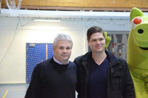 OVERRASKET. Jan Ove Sæd (venstre) og Kjetil Årekol under utdelingen av Erling Årekols Minnepris. - Jeg er både overrasket og glad for prisen, sa Jan Ove Sæd.