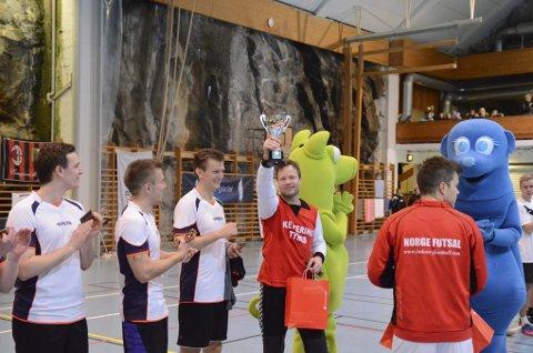 JUBEL. Jarle Viskjer løfter pokalen etter at «Team Knopfler» har vunnet Romjulscupen for tredje år på rad.