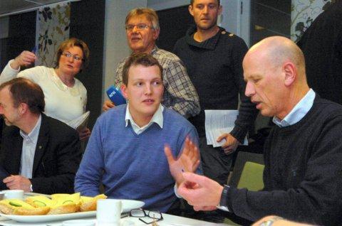URO: Arbeiderpartiets Kjetil Lundemoen (midten) og de andre fylkespolitikerne stilte skarpe spørsmål til SI-direktør Morten Lang-Ree. Noen ble besvart på direkten, andre vil få skriftlige svar senere. Foto: Per Hovland