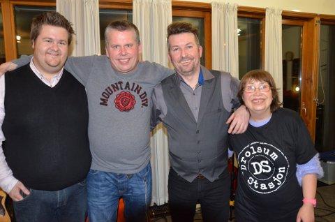 Tom Rustad (nummer to fra venstre) og Hanne Kveli synes Drolsum stasjon, her ved Jørgen Tangen Bendikssen (lengst til venstre) og Olav Risan er den beste gruppa som har besøkt Torsdagsklubben.