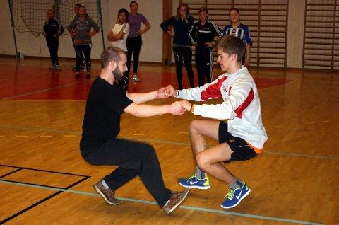 Det var manko på jenter i kroppsøvingstimen til 2. klasse ved idrettslinja. Her danser Andreas Weerum og Sivert Holmen halling.