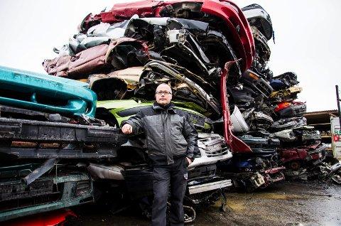 vrakøkning: Dick Hansen hos Martiniussen Bilservice tror at økningen i antall vrakte biler vil fortsette.