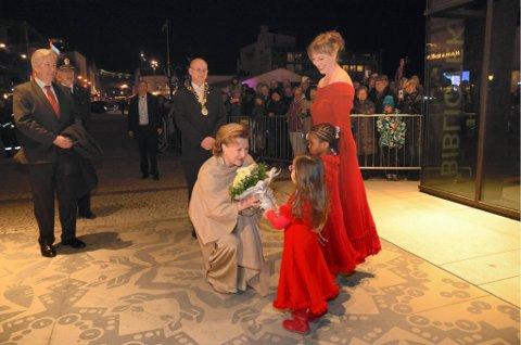 KONGELIG BESØK: Hoppende av spenning på forhånd, overrakte Tamina Ryen og Irene Osayande til dronning Sonja i går kveld. Foto: Hanne Nordhagen Karlsen