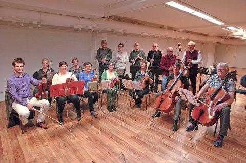 LANG  TRADISJON: Narvik byorkester med sin spillende dirigent Willem Mathlener (tv) er klar til å spille  sin tradisjonelle vårkonsert. Repertoaret er av det lette slaget, og markerer samtidig  Grunnlovsjubileet 2014.