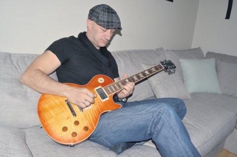 John Henry Haraldsen skal spille en god del på gitaren sin fremover.