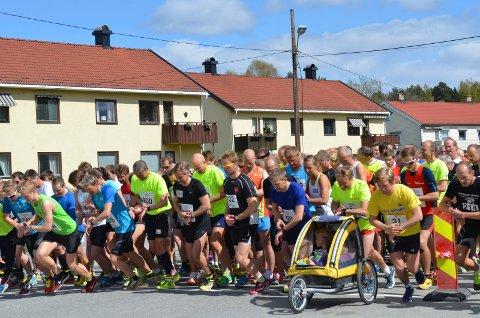 Tidtaking: Mange var opptatt av å sette egne rekorder i et strålende mosjonsløp søndag.