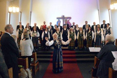 NASJONALFØLELSE: Det ble et finale som nok rørte ved nasjonalfølelsen til alle i salen, da Haukneskoret inviterte en fullsatt Gruben kirke med på allsang på «Ja, vi elsker!». Foto: Hedda Hiller Elvestad