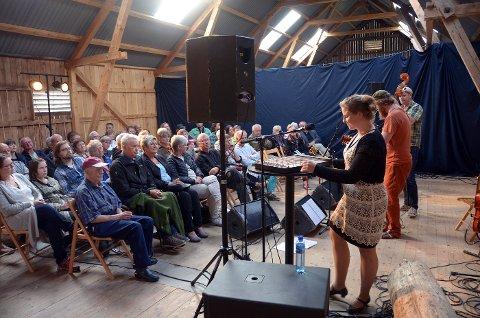 3-takter: Jorun Marie Kvernberg, Jørgen Sandvik og Anders Bitustøyl holdt sammen med Gabriel Filfet en forrykende konsert på låven på Åsen bygdemusem lørdag kveld. De cirka 50 tilhørerne fikk en uforglemmelig konsert.