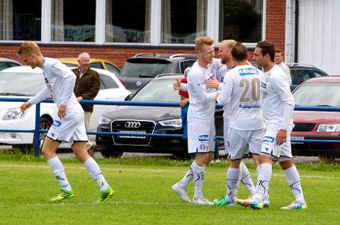 Modum-gutta jublet sammen med matchvinner Daniel Hjaltason etter å ha slått tabelleder Drammen 3-2 på Åmot stadion.