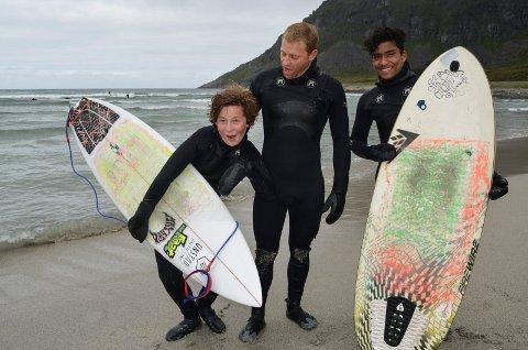 Em-klare: Sørafrikanske Shannon Russel Einslie (i midten), coacher surfejuniorene Lars Alok Benjaminsen t.h. og Anker Olsen t.v.