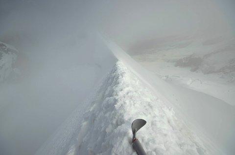 Her balanserer Eivind Trippestad på toppen av et fjell i Wallis-Alpene. Han befinner seg over 4000 meter over havet.