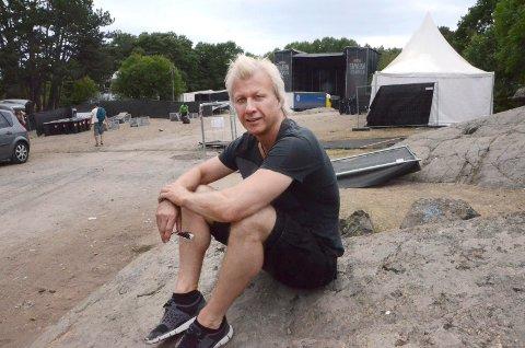 Storfornøyd: Festivalsjef Roger Albin fulgte nedriggingen i Skråvika søndag ettermiddag. Foto: Bjørn-Tore Sandbrekkene
