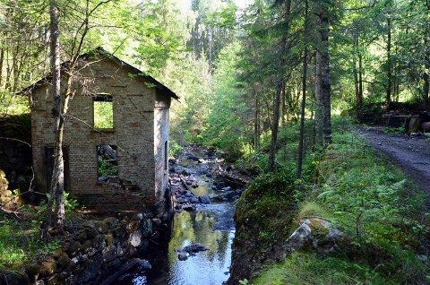 HULL I VEGGEN: En tømmerstokk gikk rett inn i kraftverket under flommen i 1987.