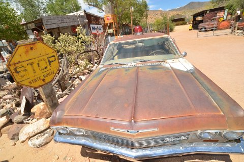 Parkert: Gamle biler står mange steder langs route 66. Her fra Hackberry i Arizona.