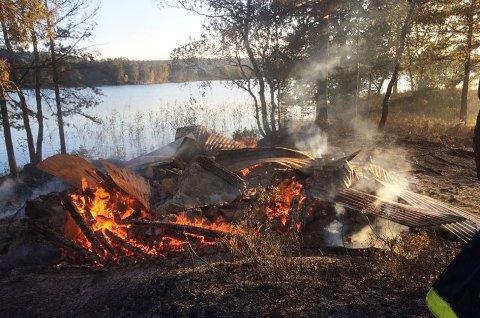 Det var bare glohaugen igjen av hytta da brannmannskapene kom fram. (privat foto)