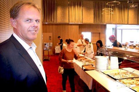FRYKTER MILLIONTAP: Daværende hotelldirektør ved Radisson Blu i Tromsø, Poul-Henrik Remmer, serverer gjester under Sjakk-OL tidligere i år. Nå viser det seg at arrangementet kan gi milliontap for hotellet.