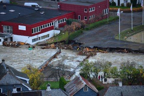 Broen til boligområdet Hjøllo raste sammen onsdag morgen.