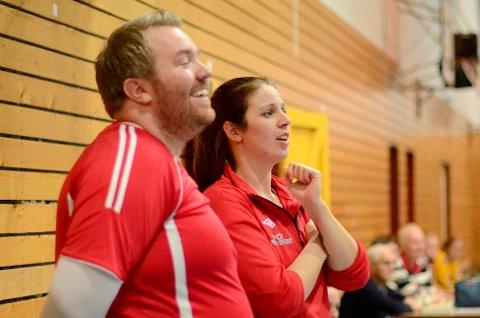 Trenerne Espen Fossli Olaussen (t.v.) og Jannicke Svendsen kunne le og kose seg på sidelinjen, mens de konstaterte at spillerne sørget for storseier på hjemmebane.