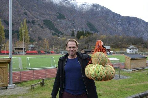 LOVER GOD STEMNING: Kai-Inge Gavle ble involvert i Romjulscupen i 2004. - Fra å være en turnering med bare 10-12 påmeldte lag, har vi de siste fem årene hatt over 30. For meg og mange andre er cupen en del av julefeiringen på lik linje med pinnekjøtt, sier han. Arrangørkollega Jarle Øvsthus var på jobboppdrag i Stavanger da bildet ble tatt.