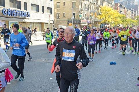 I FINT DRIV: Borgar Flaaten i fint driv i New York Marathon. 70-åringen gleder seg over at han fikk oppfylt maratondrømmen til slutt.