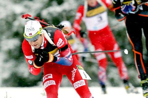 Ole Einar Bjørndalen holdt hodet kaldt under siste skyting, og gikk fra konkurrentene på fellesstarten på Sjusjøen søndag.