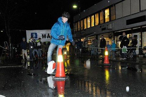 Eirik Jelstad  på vei gjennom slalåmløypa i det uoffisielle mesterskapet i Airwheel i Vikersundgata.
