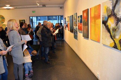 Det var bra med folk i Galleri Finstua i Surnadal kulturhus da medlemsutstillingen Haustlys åpnet lørdag.