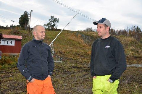 Lars Polden og Geir Magne Haugen er klare for drift av alpinbakken i Surnadal. Nå venter de spent på testingen av snøanlegget.