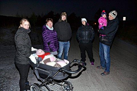 Marit G. Langli med Ane i vogna, Janne Sager Moe, Ola Langli, Oddrun Husby og Harry Moe med barnebarnet Maja Kristine vil ha gatelys og asfalt på Stormyra.