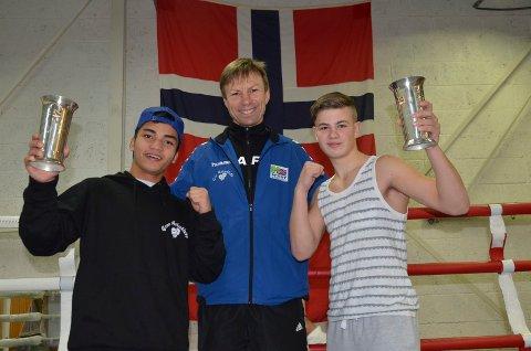 GLADE GUTTER: Trener Kjell Sørum i Gran bokseklubb kan smile bredt etter at hans to elever Bernard Angelo Torres (til venstre) og Ole Petter Hvamstad vant hver sin NM-tittel.