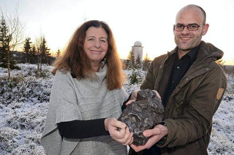 Meteoritt: Turid Næss og Vegard Rekaa på Solobservatoriet med en bit fra en av verdens mest kjente meteoritter ? Campo del Cielo. Den ble funnet i Argentina i 1576 og består av 90 prosent jern. Denne steinen er 17,4 kilo, men den største registrerte «biten» er på hele 37 tonn.