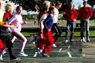 KUMMERLIG: Jørn Aaltvedt (t.v.) og Geir Martinsen trener Minervas unge friidrettsutøvere under særdeles kummerlige forhold ved Skedsmohallen.  FOTO: ROAR GRØNSTAD