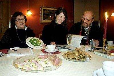 KULTURARV I SJØGATA: Brynhild Bing, Marianne Myrnes Steinrud og Hans Pedersen er glad for utmerkelsen fra Norsk Kulturarv. ¿  Olavsrosa synliggjør at Sjøgata har noe å by på, sier de.