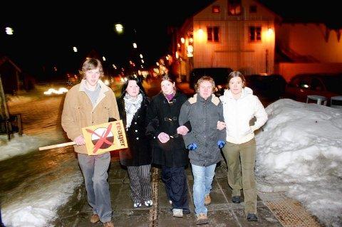 TIL KAMP: Fylkesleder Åsmund Aukrust (t.v) og AUF-erne Stephanie Kjærstad, Stefani Fjeldstad, Gorm Kjernli og Astrid Huitfeldt mener det må gjøres mer antirasistiks arbeid på Jessheim. FOTO: THOR FREMMERLID