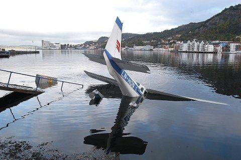 To sjøfly ble totalskadet da flytebryggen til sjøflyhavnen i Sandviken gikk til bunns i oktober 2003.