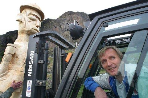 Helt enig.  ? Skulpturen er tøff og bør få stå, mener skipsekspeditør Jan Harald Klingan som kjørte skulpturen til sitt bestemmelsessted.