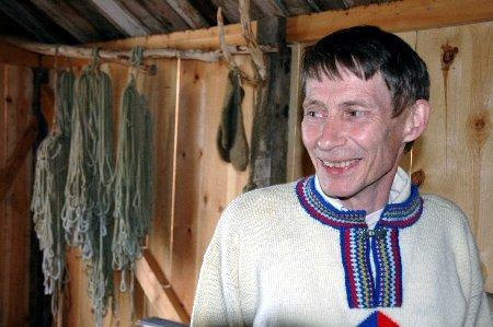 Jon Egil Nilsen fra Smørfjord hadde ideen om sjøsametunet, og ga seg aldri. Ikke rart han smilte bredt i går, da den offisielle åpningen var et faktum. I bakgrunnen henger gamle fiskeredskaper, og ullvottene som varmet fingrene på fiskerne før gummihanskene gjorde sitt inntog.