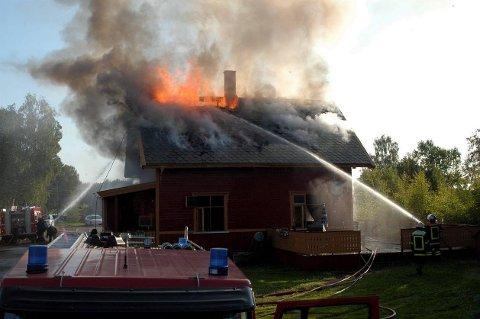 UTBRENT: Kolbu stasjon ble natt til lørdag totalskadet av brann.  FOTO: MARIUS MYKLESET
