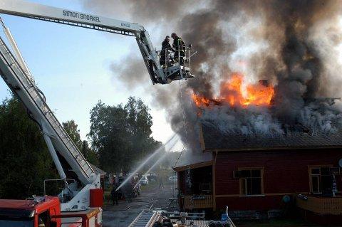 UTBRENT: Kolbu stasjon ble natt til lørdag totalskadet av brann. Ingen personer kom til skade. FOTO: MARIUS MYKLESET